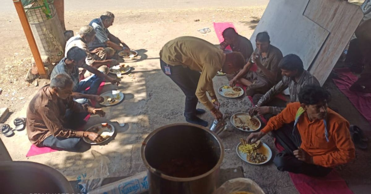 http://www.meranews.com/backend/main_imgs/Tusharstory1_rajkot-young-group-meals-donor-service-cycle-charity-kitchen-latest-news_3.jpg?70