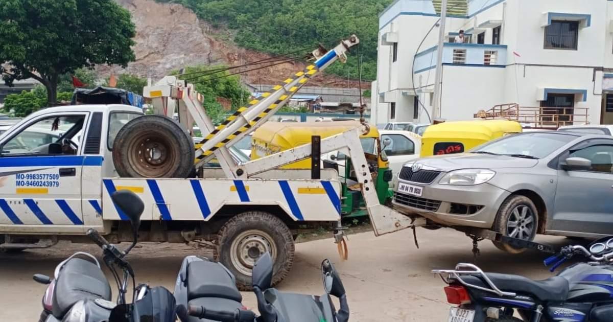 http://www.meranews.com/backend/main_imgs/TwoingCarpolice_aravalli-police-bootlegers-challenge-gujarat-business-in-gujarat_1.jpg?86