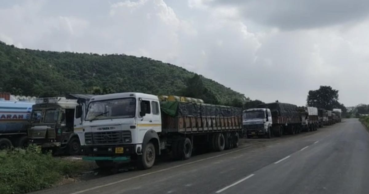 http://www.meranews.com/backend/main_imgs/UdaipurGujarat1_police-patrolling-gujarat-police-aravalli-police-shamlaji-udaipur_0.jpg?84