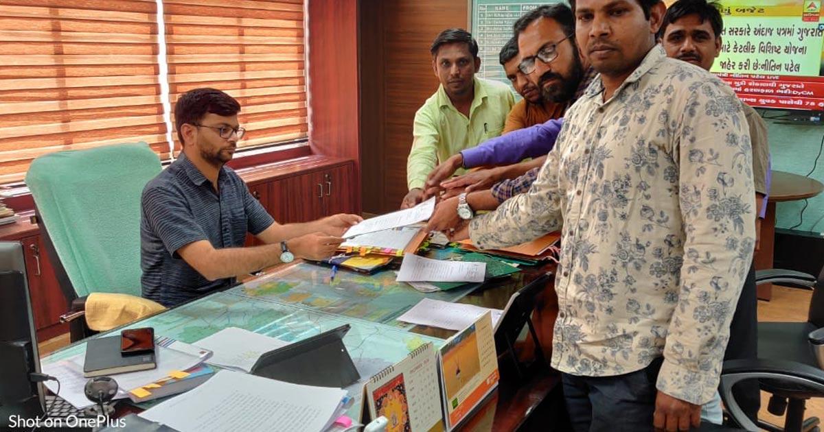 http://www.meranews.com/backend/main_imgs/VCE_aravalli-district-panchayat-vce-employee-eol-ddo-tdo-memorandum_1.jpg?77