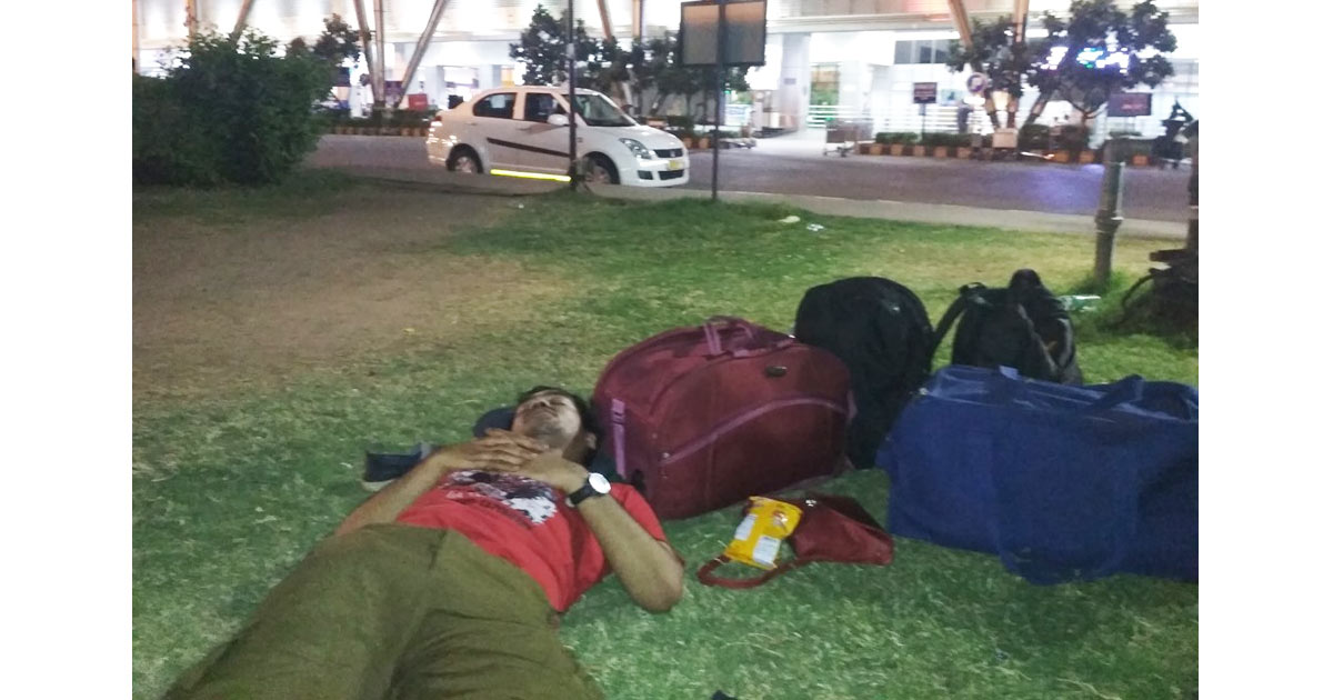 http://www.meranews.com/backend/main_imgs/Vivek-tank_cyclone-vayu-know-who-is-this-man-sleeping-outside-ahmedab_0.jpg?88