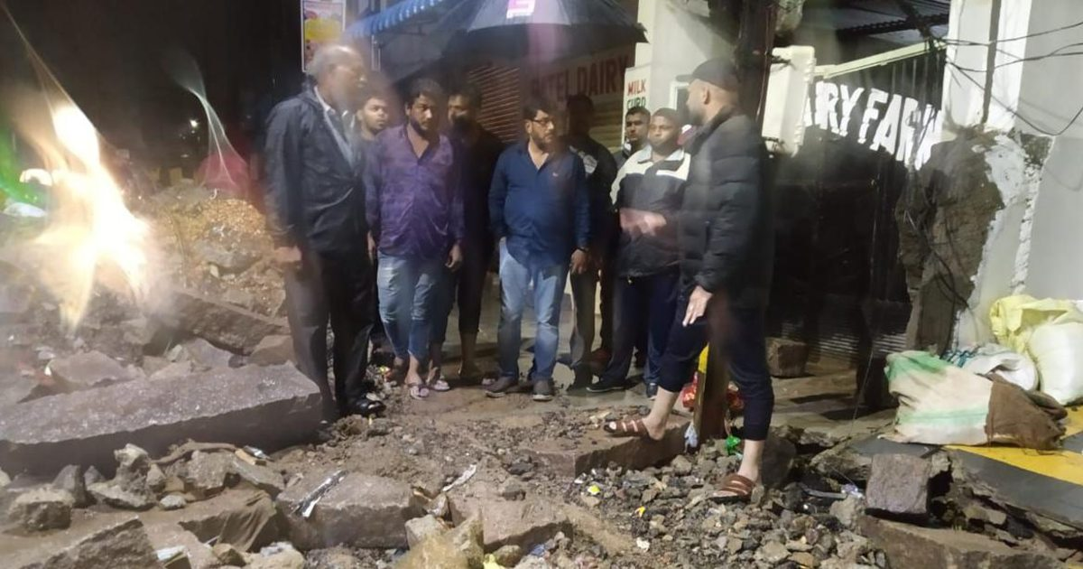 http://www.meranews.com/backend/main_imgs/WallCollapseHaydrabad_heavy-rain-in-hyderabad-including-two-month-old-nine-dead-wall-collapses_0.jpg?58