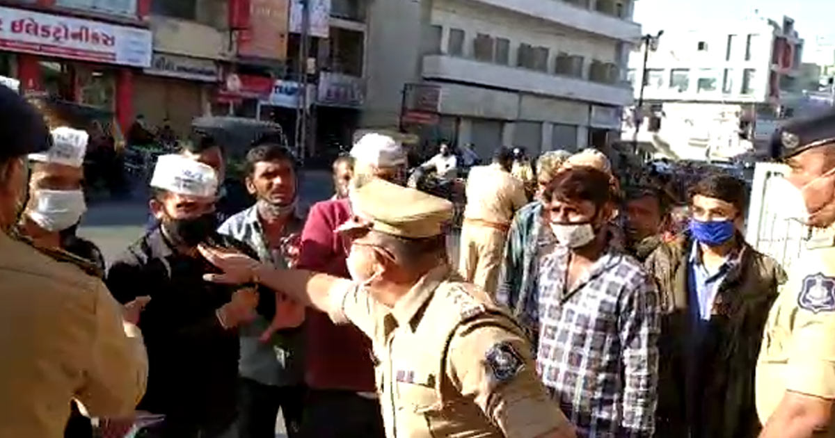 http://www.meranews.com/backend/main_imgs/aap_rajkot-more-than-5-injured-in-light-lathi-charge-by-police_0.jpg?60