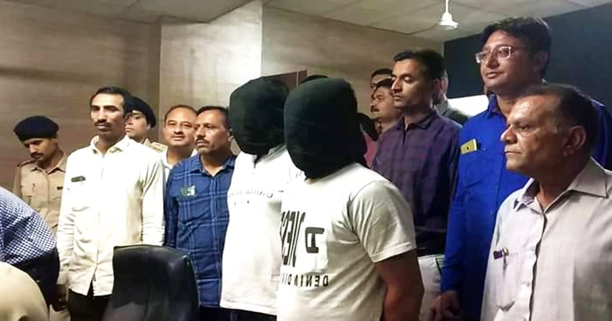 http://www.meranews.com/backend/main_imgs/aaropi_junagadh-sog-arrested-two-alleged-for-doing-clowning-of-atm_0.jpg?79