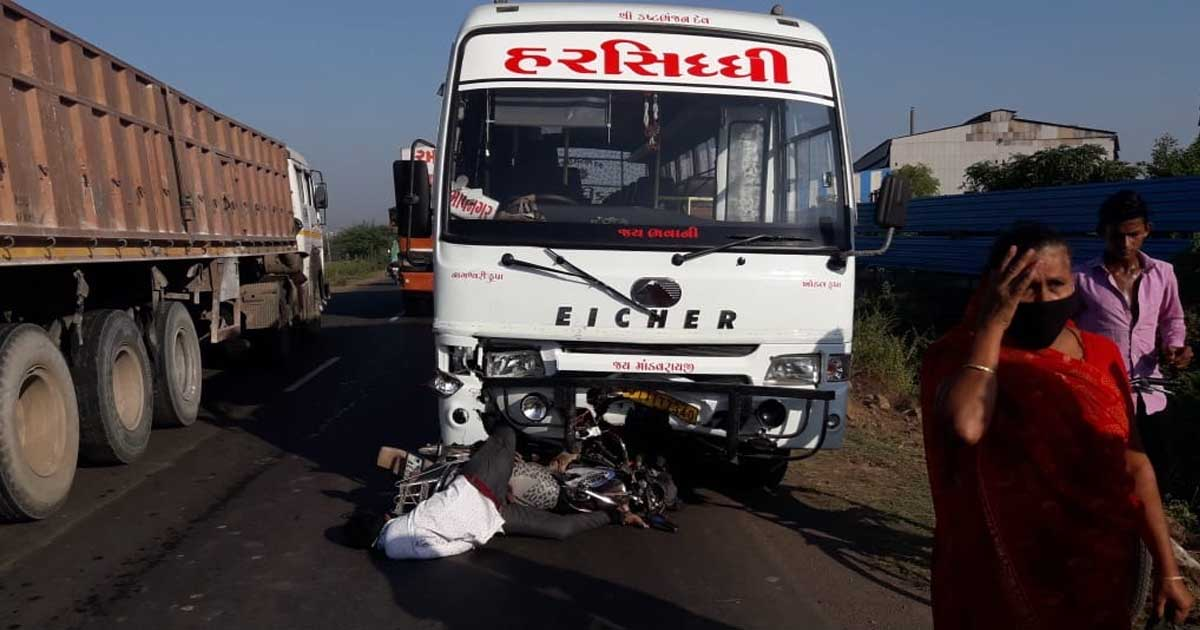 http://www.meranews.com/backend/main_imgs/accident1_private-bus-in-gujarat-bhavnagar-shihor-bus-and-bike-accident_0.jpg?64