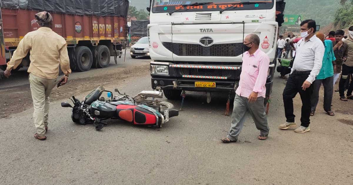 http://www.meranews.com/backend/main_imgs/accident1_shamlaji-accident-bike-and-trailer-accident-road-accident_0.jpg?4