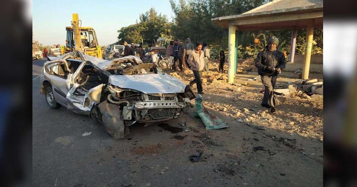 http://www.meranews.com/backend/main_imgs/accident2_junagadh-car-accident-near-mangrod-4-youth-died_1.jpg?33