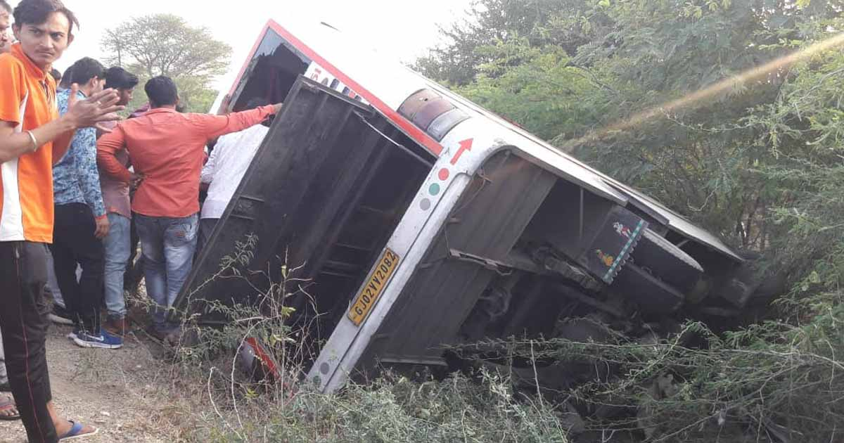 http://www.meranews.com/backend/main_imgs/accident_one-dead-6-injured-as-mini-bus-turns-turtle-on-gondal-bagas_2.jpg?99