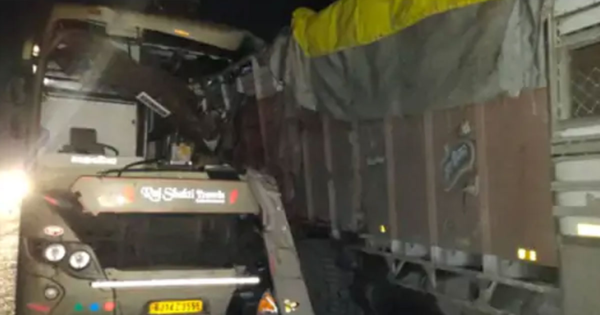 http://www.meranews.com/backend/main_imgs/accidentbus_mumbai-to-porbandar-private-bus-accident-on-ahmedabad-limbdi_0.jpg?46
