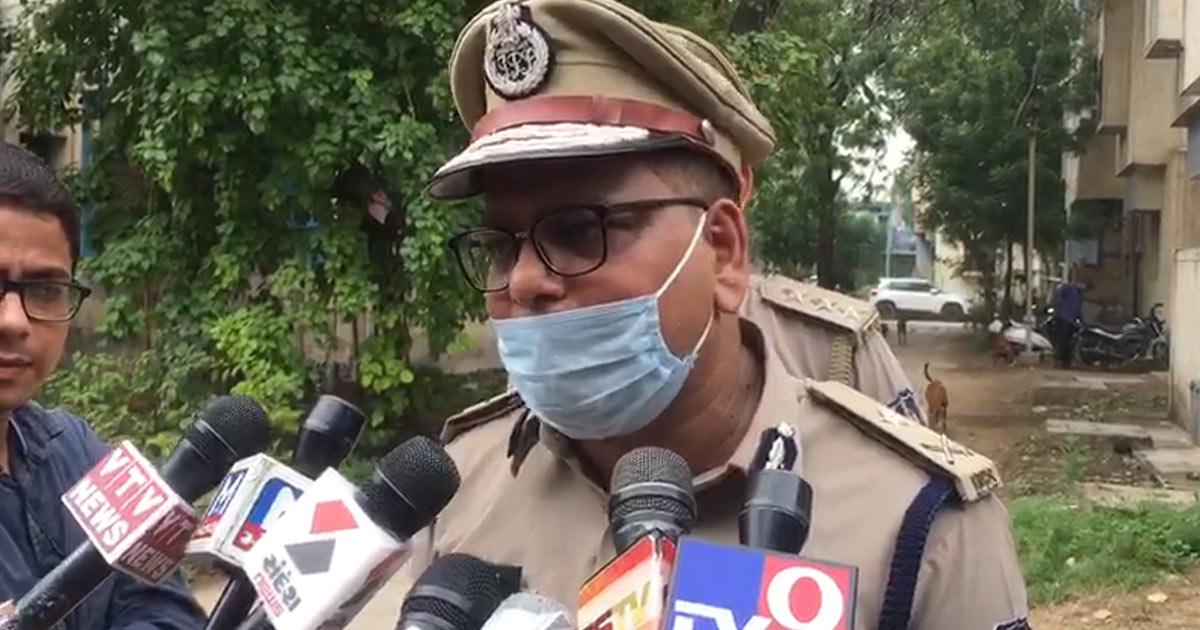 http://www.meranews.com/backend/main_imgs/ahmedabad1_ahmedabad-danilimda-police-line-sanitized-by-jcp-ajay-chaudhary_0.jpg?58