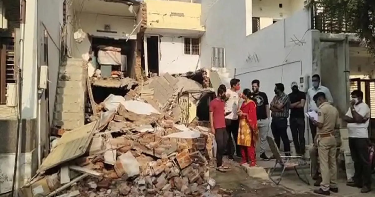 http://www.meranews.com/backend/main_imgs/ahmedabad_ahmedabad-two-persons-were-expired-and-a-house-collapsed-cylinder-leakage_0.jpg?35