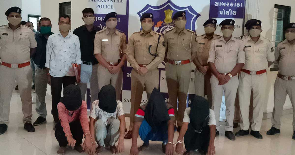 http://www.meranews.com/backend/main_imgs/angadiaemployeecase_sabarkantha-police-arrested-main-accuse-with-4-others-in-angadia_0.jpg?32