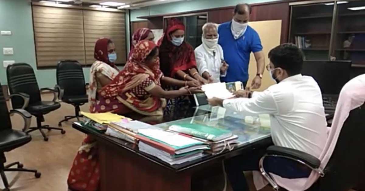 http://www.meranews.com/backend/main_imgs/anganwadi_anganwadi-ddo-aravalli-recruitment-protest-gujarat_0.jpg?54