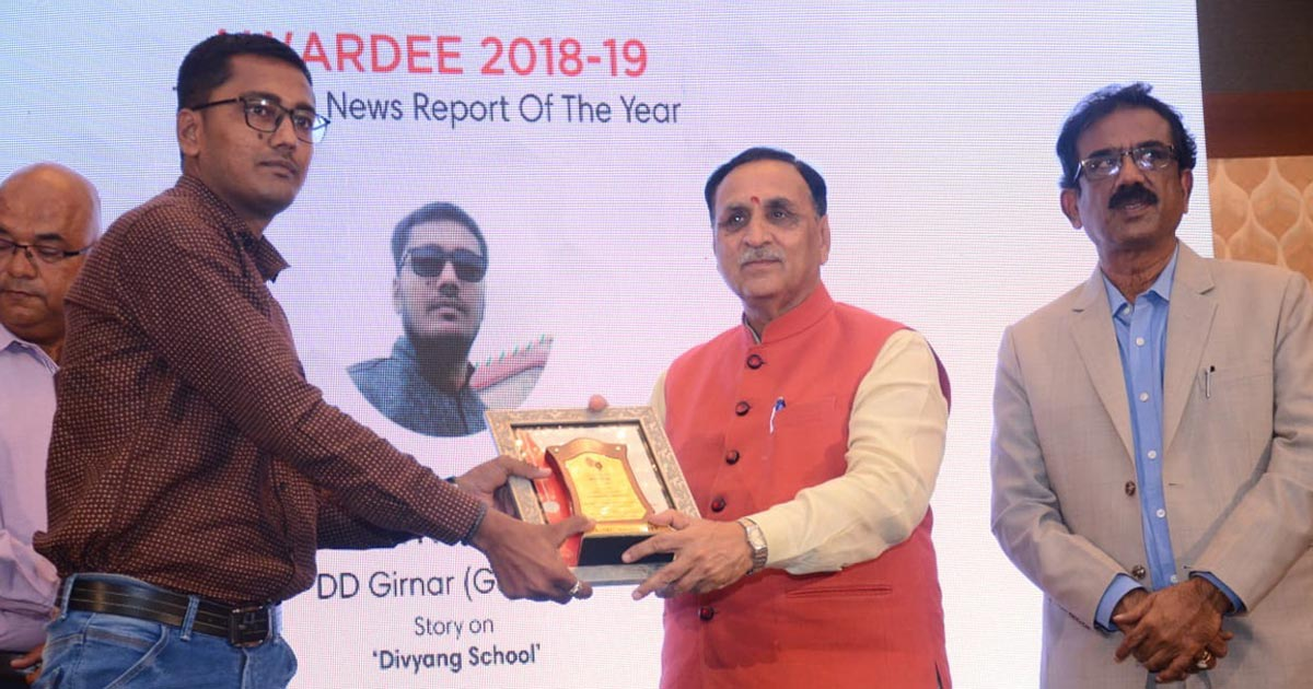 http://www.meranews.com/backend/main_imgs/ankit-chauhan_television-news-reporter-of-the-year-award-given-to-arvalli-ankit-chauhan_0.jpg?94?11