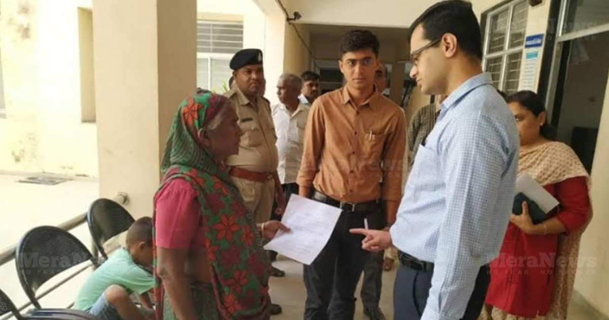http://www.meranews.com/backend/main_imgs/aravalli-colle_aravalli-collector-helped-woman-for-income-certificate_0.jpg?72