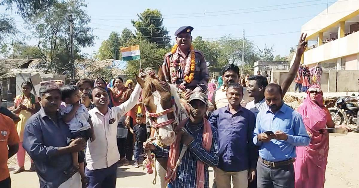 http://www.meranews.com/backend/main_imgs/army1_modasa-people-of-charanvada-village-welcomes-army-jawan_0.jpg?44