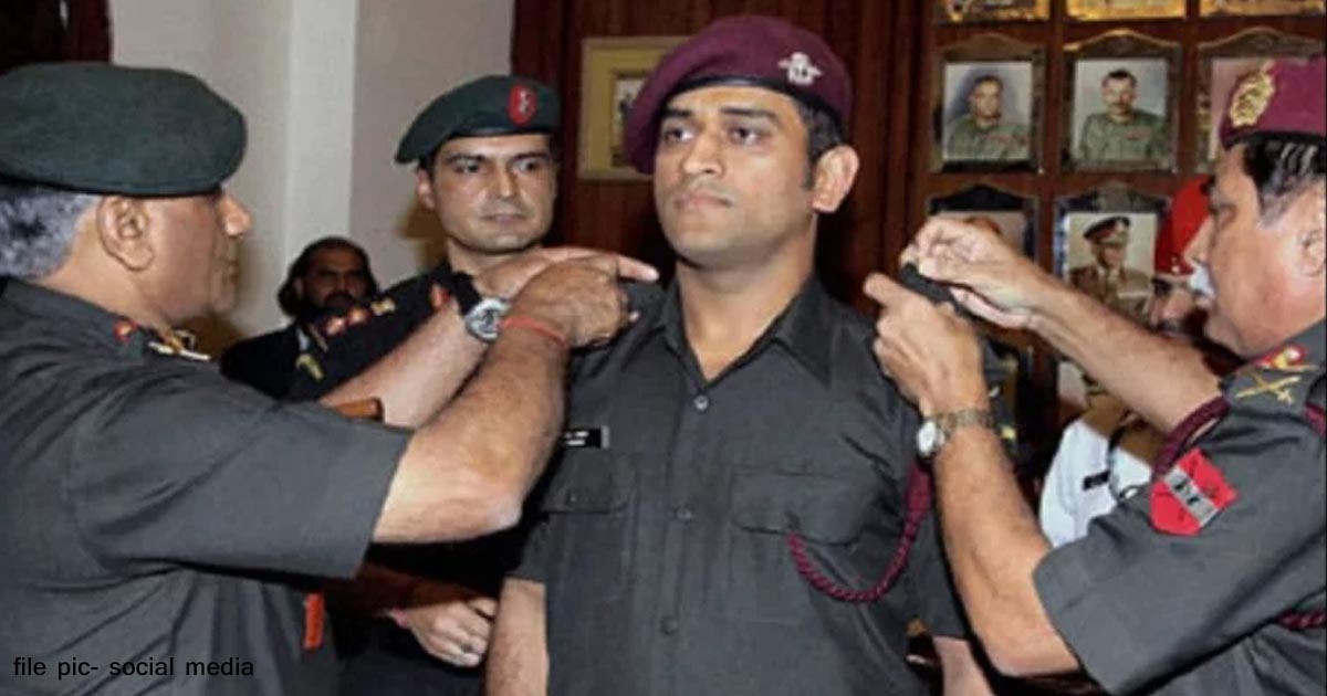 http://www.meranews.com/backend/main_imgs/armydhoni_m-s-dhoni-gets-the-approval-of-army-training-with-the-regime_0.jpg?42