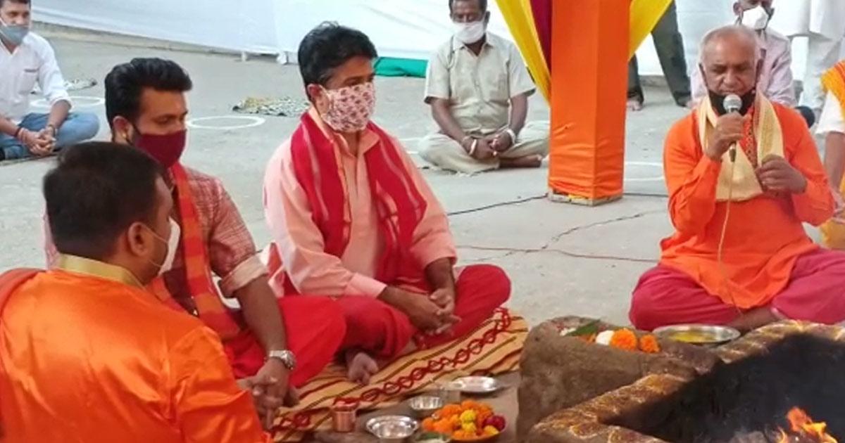 http://www.meranews.com/backend/main_imgs/ashapura0_durgashtami-havan-held-at-ashapura-temple-in-rajkot-rajvi-mandhattasinhji_1.jpg?49