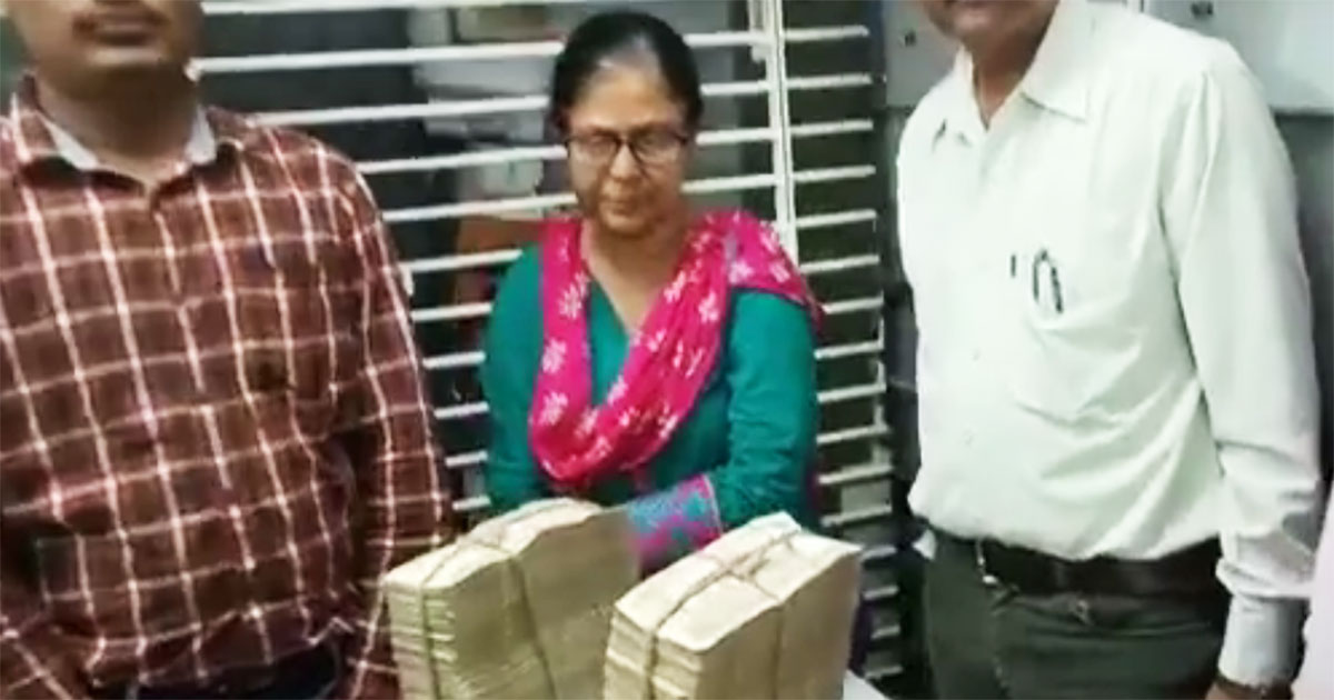 http://www.meranews.com/backend/main_imgs/bank-rupee_gujarat-demonetized-notes-of-rs-11-lakh-seized-from-corrupt_0.jpg?29