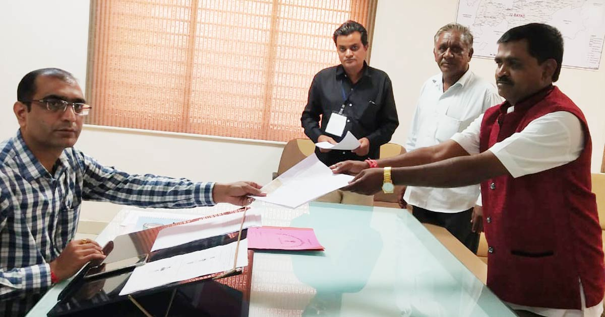 http://www.meranews.com/backend/main_imgs/bayad-election_after-gst-and-it-department-raids-to-bayad-vidhansabha-independent_0.jpg?8