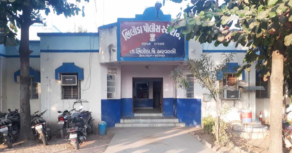 http://www.meranews.com/backend/main_imgs/bhiloda-police_bhiloda-4-villagers-of-kundol-kidnapped-youth_0.jpg?28