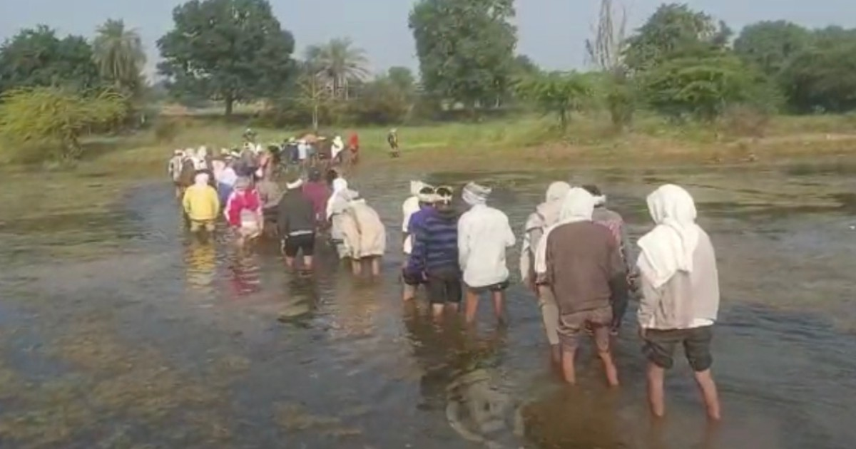 http://www.meranews.com/backend/main_imgs/bhilodafuneral_bhiloda-forced-to-pass-water-through-a-ditch-to-take-the-bo_3.jpg?47