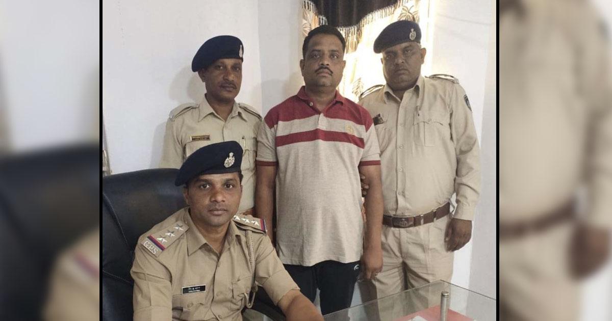 http://www.meranews.com/backend/main_imgs/bootleggerdodiyar_gujarat-police-constable-bootlegger-police-to-bootlegger_0.jpg?94