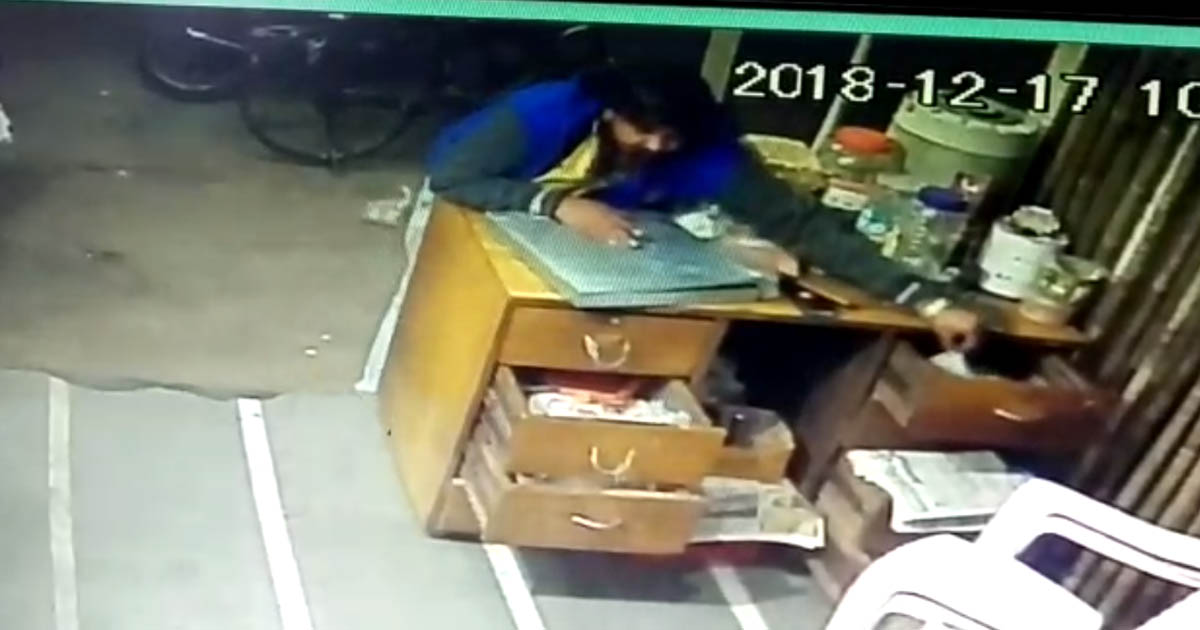 http://www.meranews.com/backend/main_imgs/cctvpic_jamnagar-man-caught-stealing-from-dairy_0.jpg?96