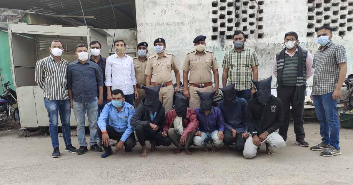 http://www.meranews.com/backend/main_imgs/changodarp_ahmedabad-changodar-police-loot-case-solved-case-police_1.jpg?70