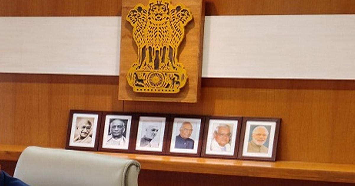 http://www.meranews.com/backend/main_imgs/cmo-office_cmo-cm-gujarat-vijay-rupani-resignation-pm-narendra-modi_0.jpg