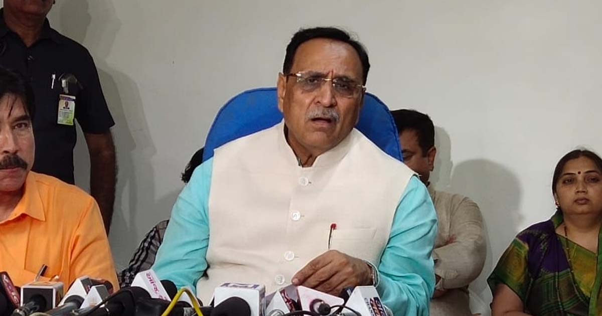 http://www.meranews.com/backend/main_imgs/cmvijayRupani_after-announcement-of-traffic-rules-people-are-in-line-for_0.jpg?91