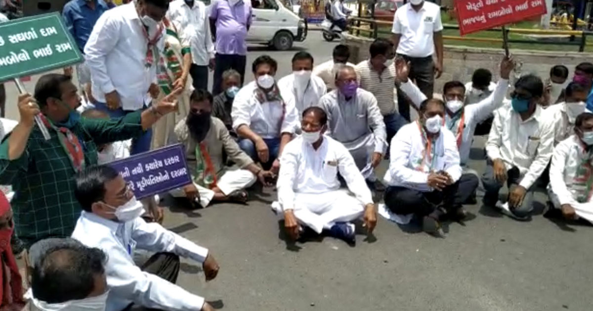 http://www.meranews.com/backend/main_imgs/congress_aravalli-congress-becomes-protests-against-petrol-diesel-price-hike_0.jpg?66