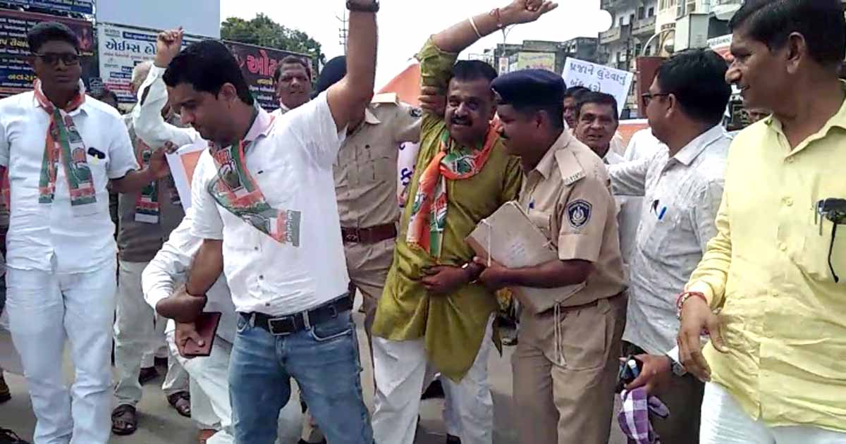 http://www.meranews.com/backend/main_imgs/congressprotest_aravalli-district-congress-protest-against-new-traffic-rules_1.jpg?53