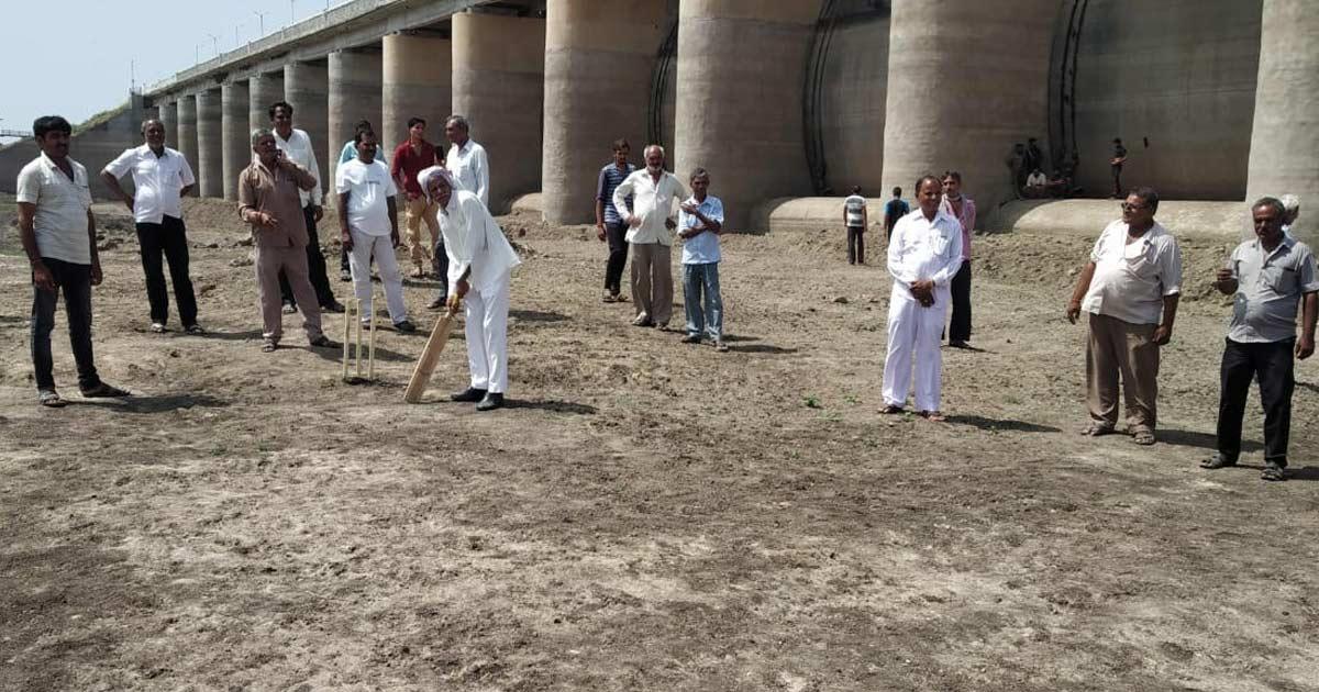http://www.meranews.com/backend/main_imgs/dam-cricket_morbi-farmers-protest-in-empty-dam_0.jpg?90