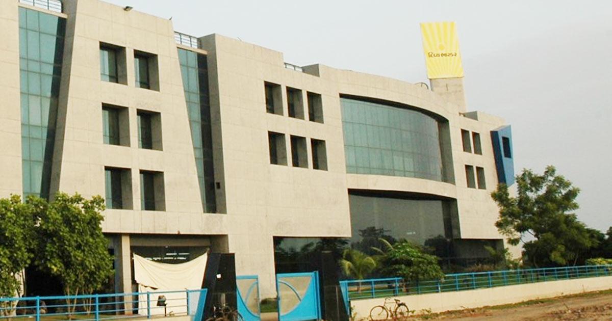 http://www.meranews.com/backend/main_imgs/divya-bhaskar-ahmedabad_it-and-ed-raids-divya-bhaskar-office-premises-at-various-locations_0.jpg?5