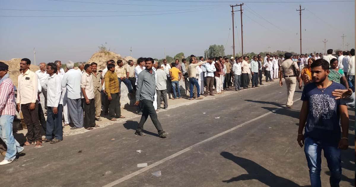 http://www.meranews.com/backend/main_imgs/farmers_farmers-struggle-due-to-lack-of-water-in-morbis-maliya_0.jpg?98