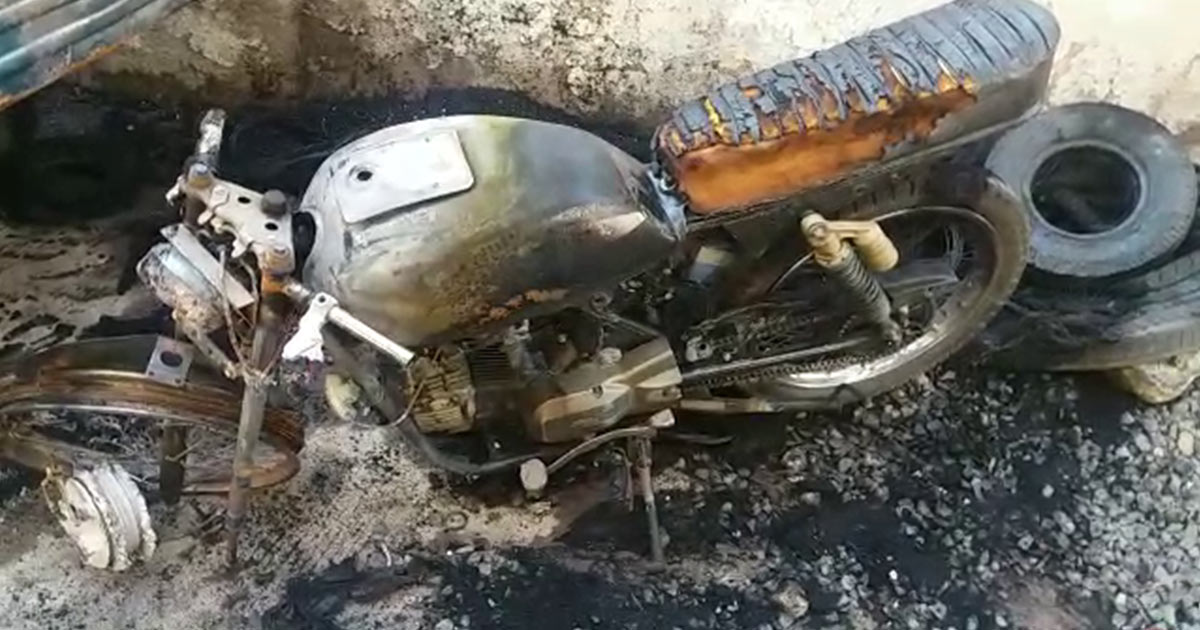 http://www.meranews.com/backend/main_imgs/fire-bike_rajkot-man-sets-a-series-of-vehicles-on-fire_0.jpg?59