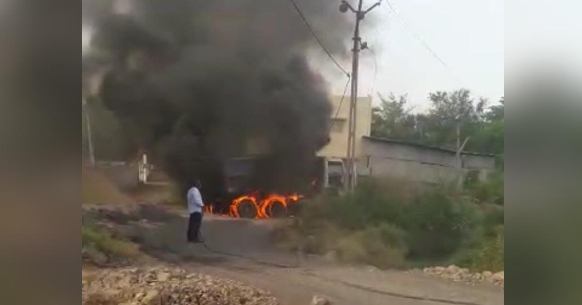 http://www.meranews.com/backend/main_imgs/fire_modasa-fire-in-dumper-due-to-electric-wire-video_0.jpg?23