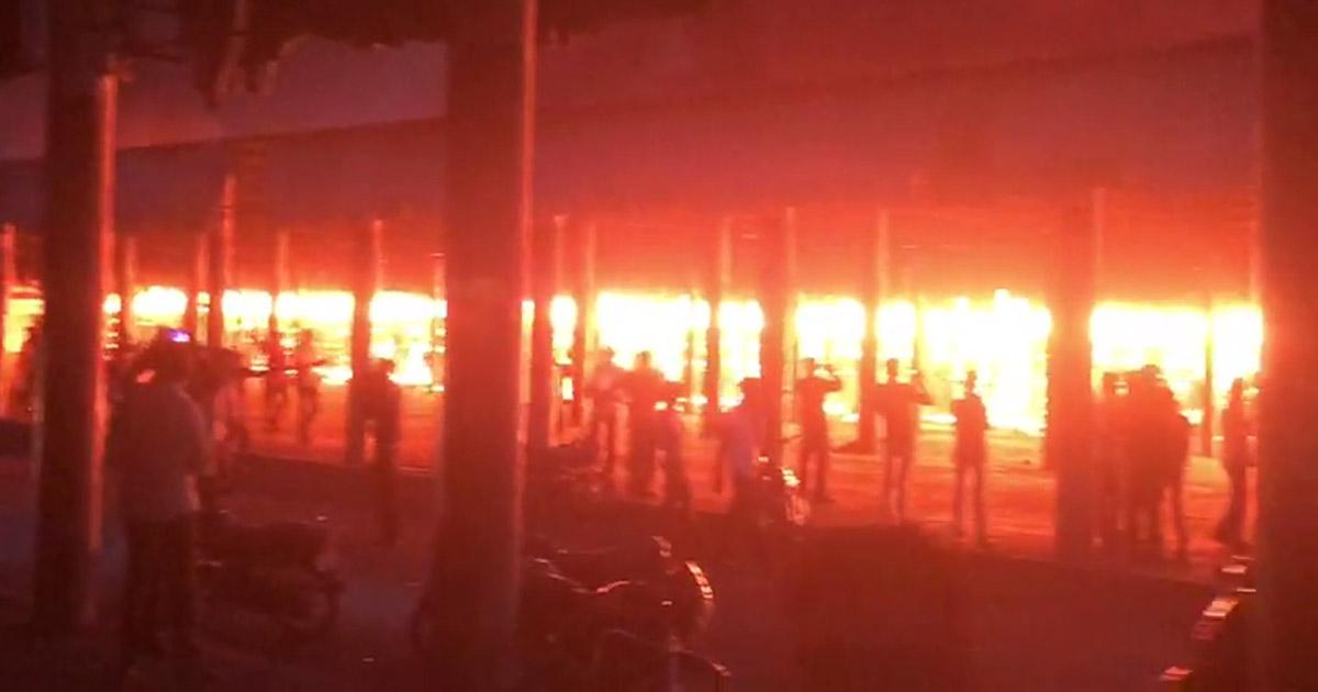 http://www.meranews.com/backend/main_imgs/fireaccidentimage_rajkot-major-fire-breaks-out-in-old-marketing-yard_0.jpg?16
