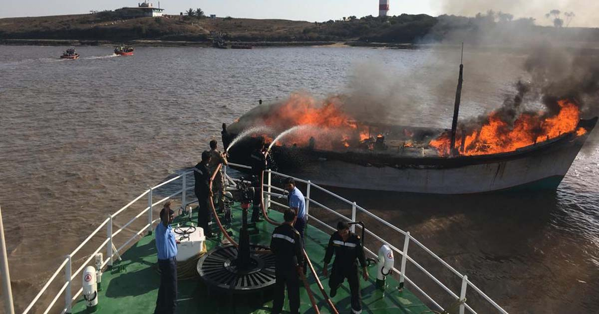 http://www.meranews.com/backend/main_imgs/fireinfishingboat_amreli-fire-in-fishing-boat-150-passengers-saved_0.jpg?84