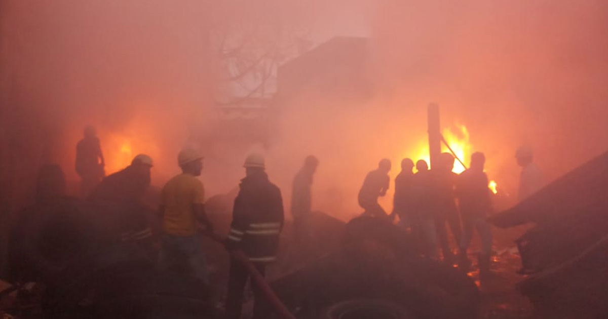 http://www.meranews.com/backend/main_imgs/fireingodon_rajkot-fire-in-godown-of-tyre-at-lati-plot_0.jpg?48