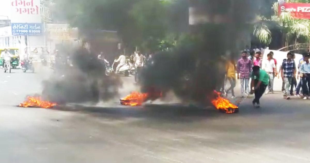 http://www.meranews.com/backend/main_imgs/firetyre_rajkot-ambedkar-statue-goes-missing-from-rajnagar-chawk_0.jpg?18