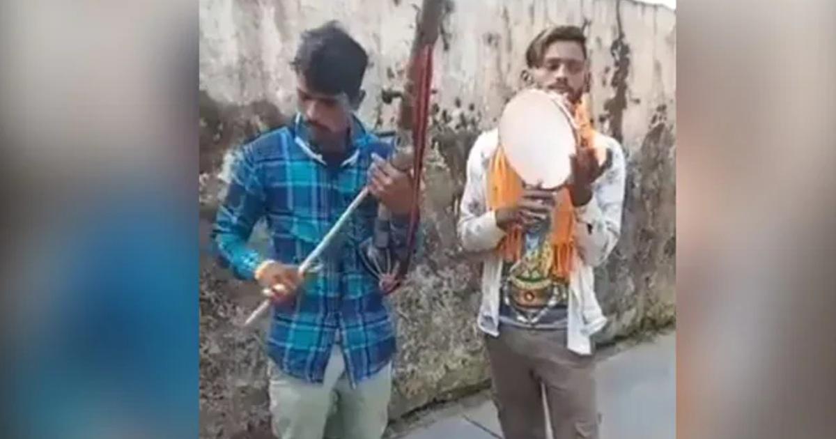 http://www.meranews.com/backend/main_imgs/folksingers_two-folk-singers-sang-in-melodious-style-on-the-tune-of-dafli-aktara-modi-said_0.jpg?98