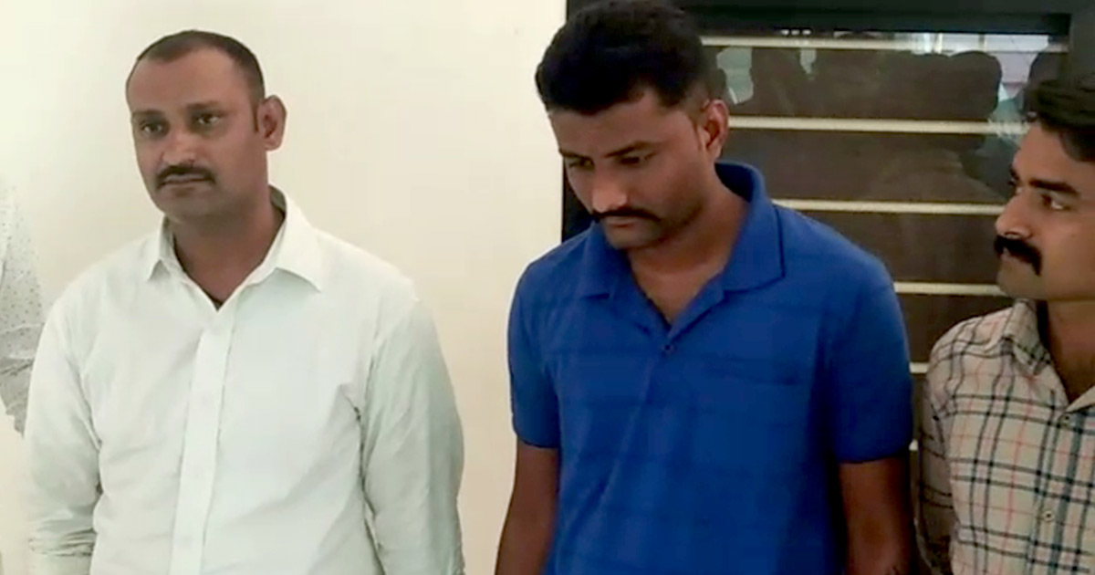 http://www.meranews.com/backend/main_imgs/fraud-police_rajkot-two-arrested-for-impersonating-policemen_0.jpg?91