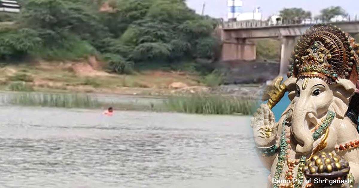 http://www.meranews.com/backend/main_imgs/ganeshVisrjan_pratij-4-people-drowned-in-sabarmati-river-during-ganesh-vi_0.jpg?70