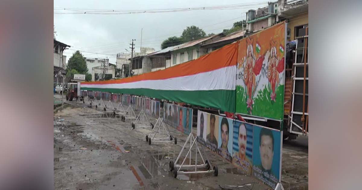 http://www.meranews.com/backend/main_imgs/ganeshvisarjan3_gujarat-ganesh-visarjan-with-111-feet-long-indian-flag-and_0.jpg?91