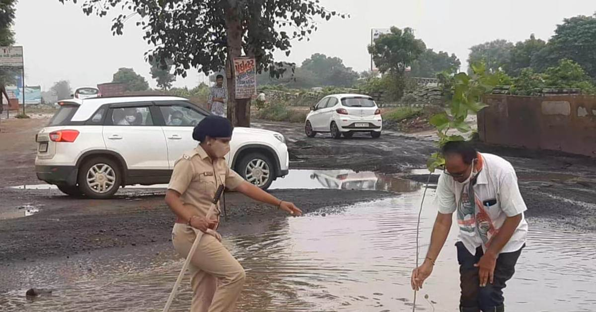 http://www.meranews.com/backend/main_imgs/ggsg_sabarkantha-prantij-congress-tree-plant-national-highway-bad-road-protest_2.jpg?61