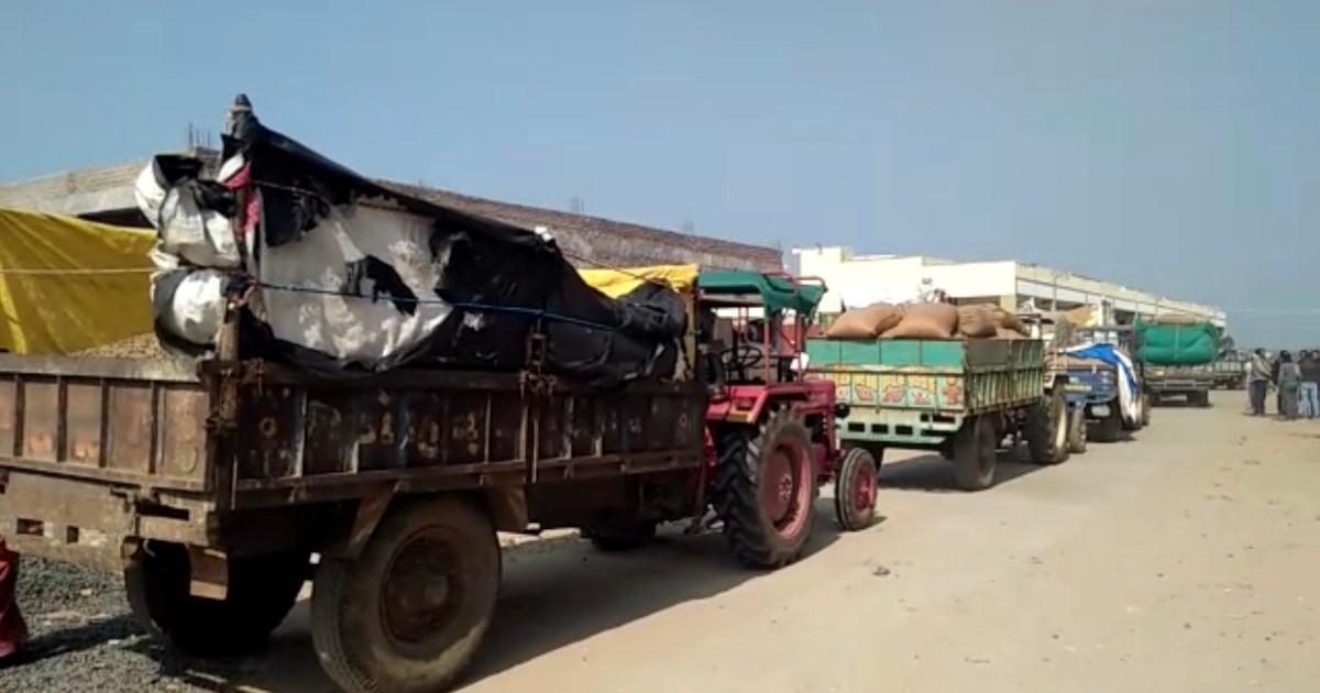 http://www.meranews.com/backend/main_imgs/groundnutmodasa2_farmers-queue-at-shopping-center-to-sell-groundnut-at-modasa_1.jpg?74