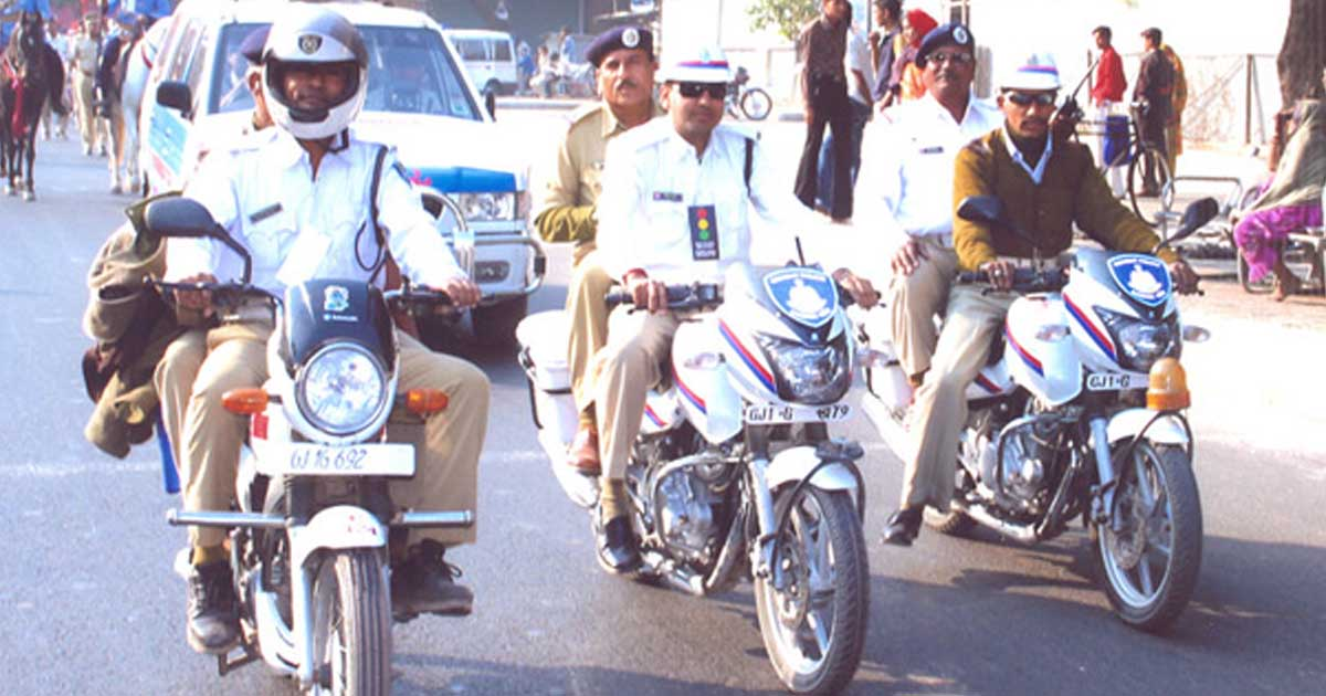 http://www.meranews.com/backend/main_imgs/gujaratpolice_we-are-enjoying-diwali-with-family-and-you-stood-on-road-alo_0.jpg?49