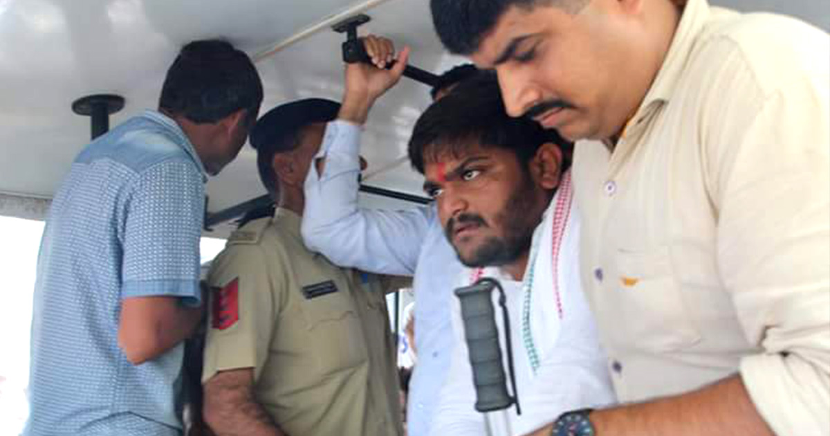 http://www.meranews.com/backend/main_imgs/hardik-patel_this-mistake-by-cops-after-detaining-vasoya-and-hardik-cost_0.jpg?50